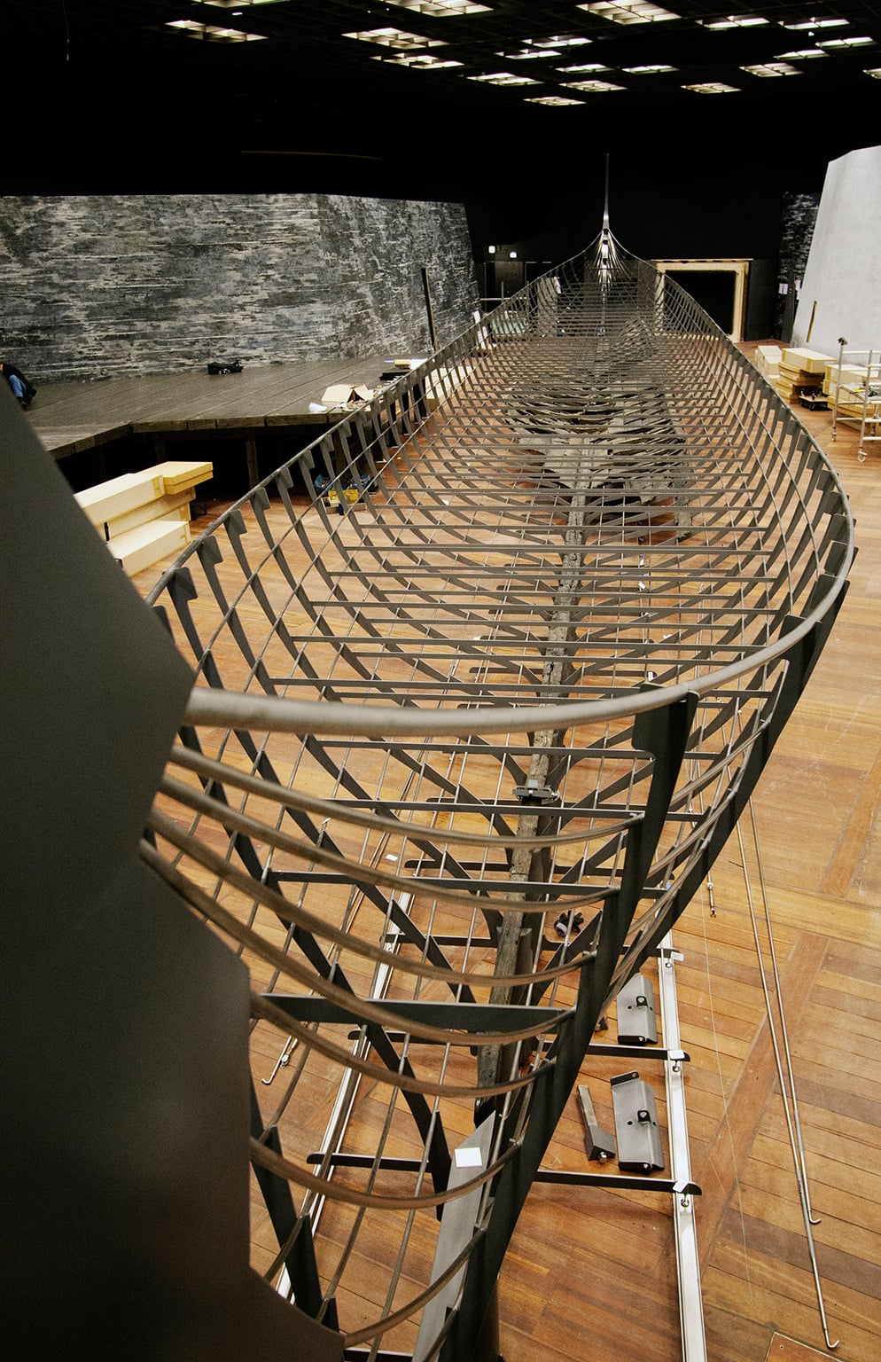 Roskilde 6 i Egmonthallen set fra siden Foto nationalmuseet.The Longship (Roskilde 6). The largest Viking ship ever discovered. The thirty-seven meter long warship was built in southern Norway around 1025, and deliberately sunk in Denmark in the mid-11th
